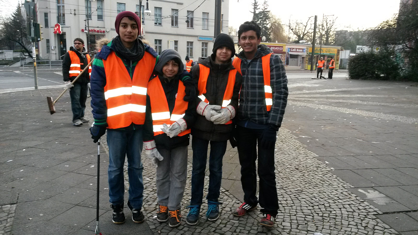 Putzaktion zum Neujahr 2014 in Berlin - Ahmadiyya Muslim ...