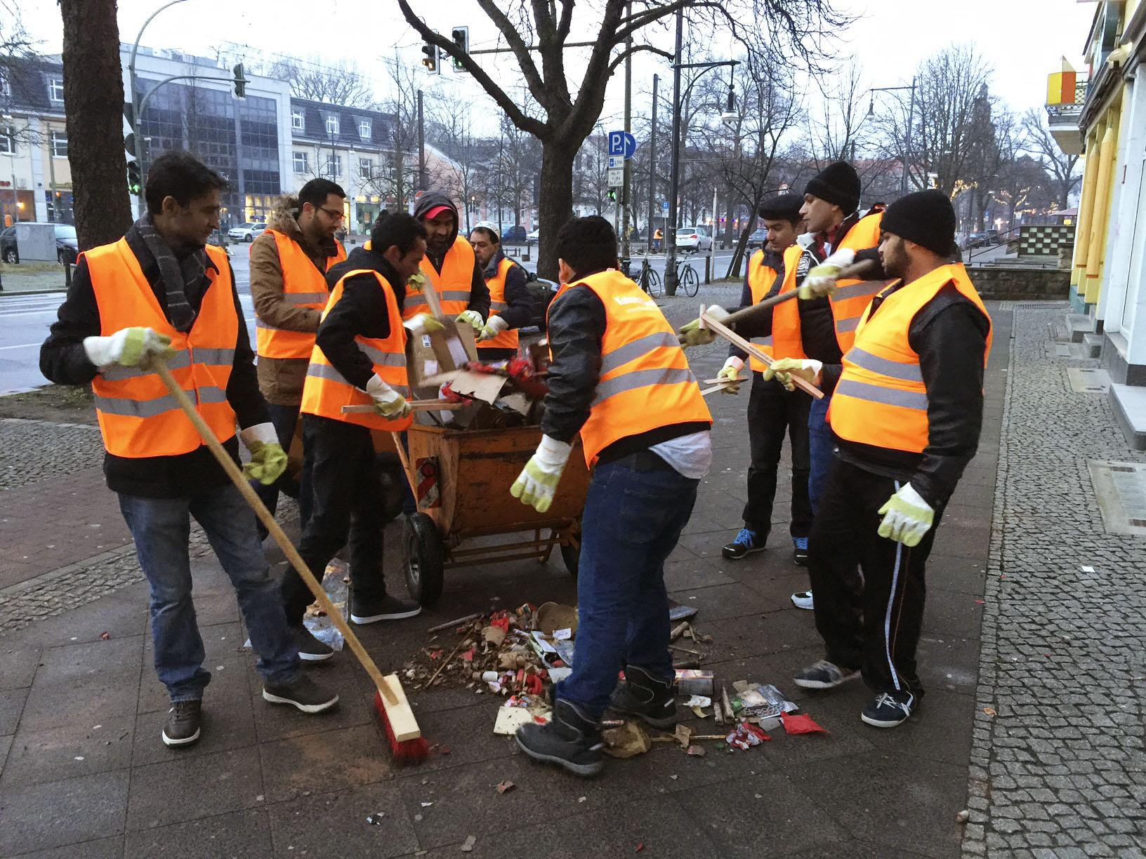 Putzaktion zum Neujahr 2016 in Berlin - Ahmadiyya Muslim ...